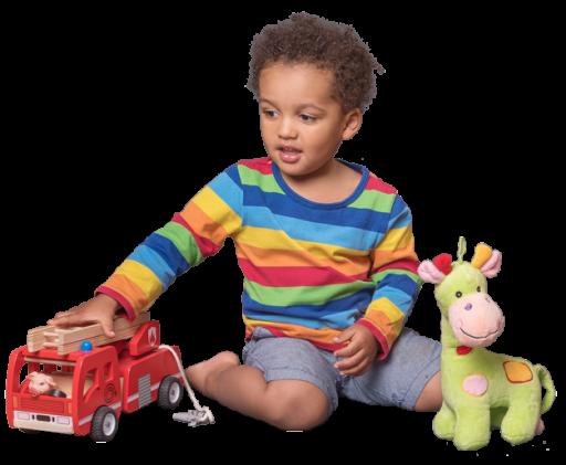 Junge spielt mit Feuerwehrauto