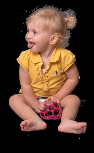 Lachendes Mädchen mit Ball